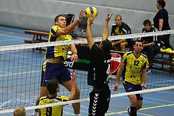 14-10-2012 VOLLEYBAL: EREDIVISIE TILBURG STV - ZAANSTAD : TILBURG<br /> Marijn van Gool, Zaanstad probeert de bal langs de blokkerende Ryan Anselma, Tilburg STV te slaan<br /> ©2012-FotoHoogendoorn.nl / Pim Waslander