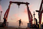 Atlantic Ocean, close to Cape Verde | Das große Tiefsee-Planktonnetz MOCNESS 10-m wird über das Heck des deutschen Forschungsschiffes MARIA S. MERIAN ausgesetzt, um Organismen der Tiefsee einzufangen. Atlantischer Ozean, nahe Kap Verde