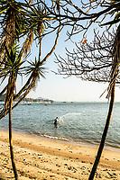 Pescador na Praia de Santo Antonio de Lisboa. Florianópolis, Santa Catarina, Brasil. / Fisherman in Santo Antonio de Lisboa Beach. Florianopolis, Santa Catarina, Brazil.