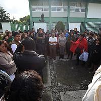 TOLUCA, México.- (Septiembre 26, 2017).- Empleados que laboran en las oficinas de los Servicios Educativos Integrados al Estado de México (SEIEM) se reunieron para exigir seguridad y garantías laborales, asegurando que los edificios en los que laboran sufrieron afectaciones estructurales por el sismo del pasado 19 de septiembre. Agencia MVT / Crisanta Espinosa.