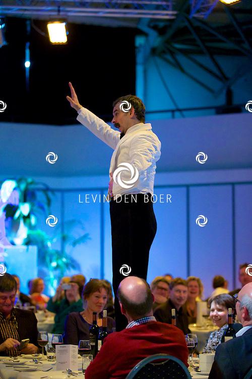 ETTEN-LEUR - In de schouwburg was een avondvullend programma door Faulty Towers The Dining Experience. Met hier op de foto  Leigh Kelly (Manuel) de ober. FOTO LEVIN DEN BOER - PERSFOTO.NU