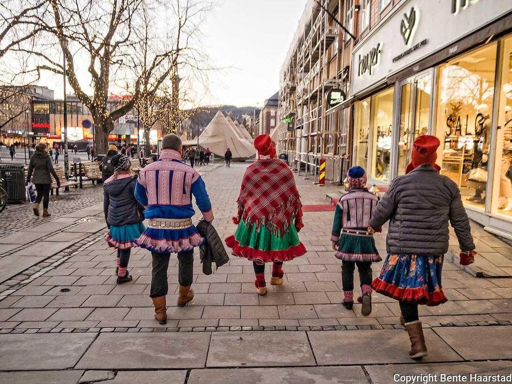 Samisk familie i Kautokeino-kofter på Tråante-jubileum i Trondheim.