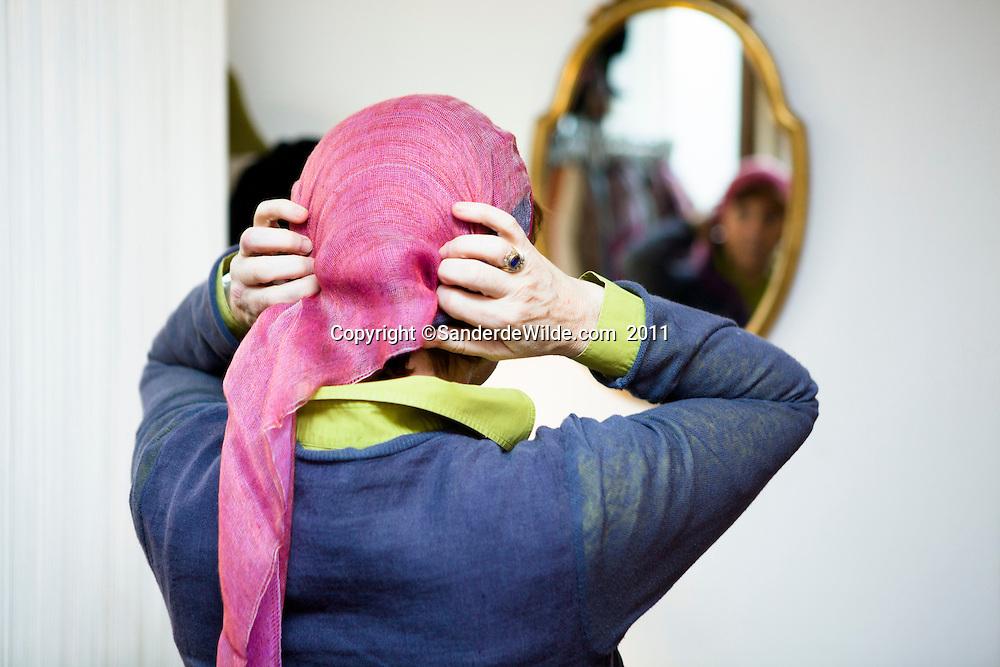 Brussel 20110204 Belgium, LOOK HAT ME is de winkel van Domique Weber, die vijf jaar geleden zelf kanker had, en zo werd geconfronteerd met dure pruiken. Ze ging zelf deze hoofddoeken ontwerpen, die evt in combitie met een gedeeltelijke pruik (10x goedkoper dan een hele) gebruikt kunnen worden door mensen die niet tegen de courante stoffen kunnen. De stoffen die Lookhatme.com gebruikt zijn veel zachter en koeler. ©sanderdewilde.com 2010