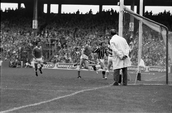 All Ireland Hurling Final - Cork vs Kilkenny.05.09.1982.09.05.1982.5th September 1982.Photographs taken as the umpire watches the ball enter the net for kilkennys third goal