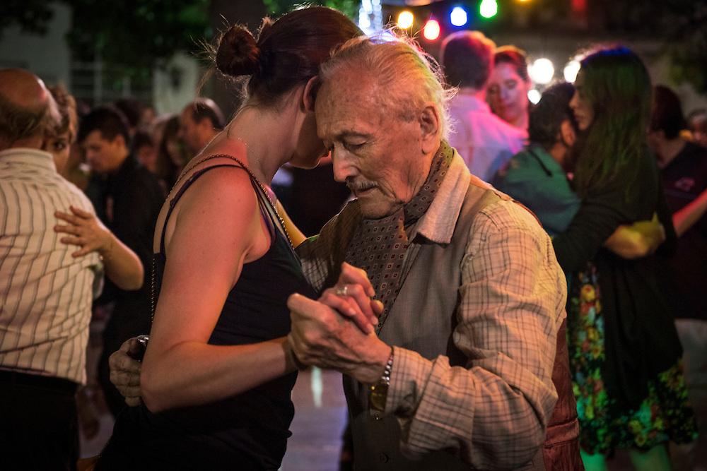 Tous les dimanches, la Plaza Dorrego dans le quartier San Telmo de Buenos Aires, se transforme en piste de danse pour les amateurs de tango. Cet événement hebdomadaire fait le joie des touriste.