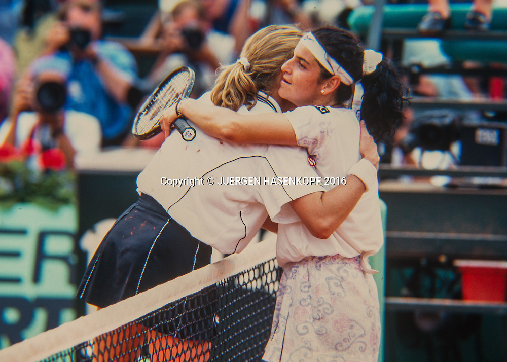 Arantxa Sanchez-Vicario (ESP) umarmt die Siegerin Steffi Graf (GER), Roland Garros, Damen Finale, French Open 1996<br /> <br /> Tennis - French Open 1996 - Grand Slam ATP / WTA -  Roland Garros - Paris -  - France  - 6 December 2016.