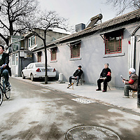 China,Beijing ,13 maart 2008..Chinese bewoners, wijkouderen en werklieden in een gerenoveerde Huton (oud buurtje) in de oude stadswijk van Beijing..Dit is 1 van de weinig overgebleven Hutons van Beijing. De meeste oude wijkjes zijn met de grond gelijk gemaakt en hebben plaats gemaakt voor grote hogenieuwe kantoorgebouwen en flats..Met het vooruitzicht op de Olympische Spelen in augustus van dit jaar zijn enkele overgebleven Hutons gerenoveerd speciaal voor de toeristen.