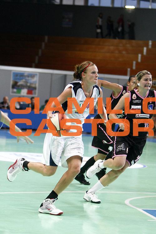 DESCRIZIONE : Napoli Palavesuvio LBF Opening Day Cras Basket Taranto Pool Comense<br /> GIOCATORE : Marie Megan Mahoney<br /> SQUADRA : Cras Basket Taranto<br /> EVENTO : Campionato Lega Basket Femminile A1 2009-2010<br /> GARA : Pool Comense<br /> DATA : 10/10/2009 <br /> CATEGORIA : penetrazione palleggio<br /> SPORT : Pallacanestro <br /> AUTORE : Agenzia Ciamillo-Castoria/E.Castoria