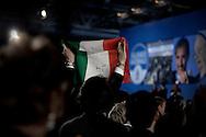 ROMA. UN SOSTENITORE DI ALLEANZA NAZIONALE ALZA IN ARIA IL TRICOLORE DURANTE L'ASSEMBLEA NAZIONALE DEL PARTITO