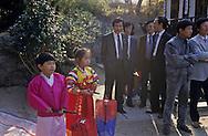 traditional wedding for modern couples.  the children are opening the ceremony les enfants ouvrent la cérémonie du mariage ///R00029/1    L2678  /  R00029  /  P0002953
