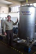 Foto di Donato Fasano Photoagency, nella foto : 13 07 2009 Bari Fluidotecnica zona industriale inventori della macchina che scinde l'olio dall'acqua nella foto michele sanseverinovicino alla macchina che scinde l'olio dall'acqua