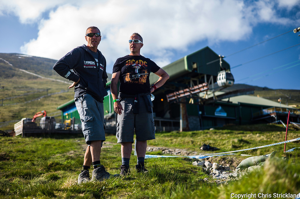 Nevis Range, Fort William, Scotland, UK. 5th June 2016. Atherton Racing and Trek Factory Team Downhill discuss points at the top of Nevis Range. The worlds leading mountain bikers descend on Fort William for the UCI World Cup on Nevis Range.