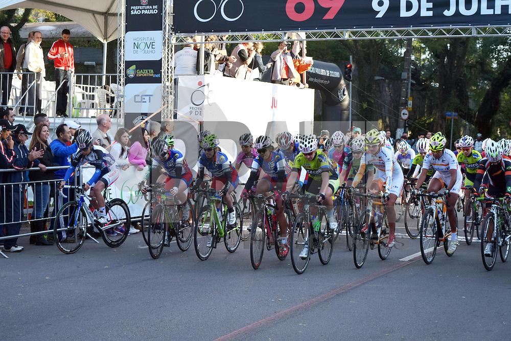 SÃO PAULO, SP 09.07.2015 - CICLISMO-SP - Ciclistas durante largada da 69ª Prova Ciclística Internacional em frente ao Joquey Club de São Paulo, em Pinheiros região Oeste, nessa quinta-feira, 09 (Foto: Eduardo Carmim/Brazil Photo Press)