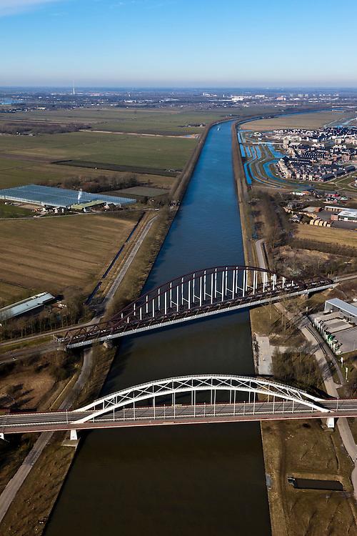 Nederland, Utrecht, Houten, 07-03-2010; Schalkwijksebrug (Schalkwijkse Brug), spoorbrug en nabijgelegen verkeersbrug over Amsterdam-Rijnkanaal..luchtfoto (toeslag), aerial photo (additional fee required).foto/photo Siebe Swart