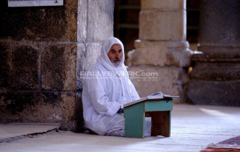 Bosra, SYR, Syrien, 09.09.2002: Moslem beim Gebet..In einer der Al-Umra Moschee, einer der aeltesten Moscheen der arabischen Welt betet ein alter Syrer...© www.photoguerilla.com/Robert W. Kranz..Gebet, Moslem, Islam, Bosra, Syrien, Moschee, Al-Umra