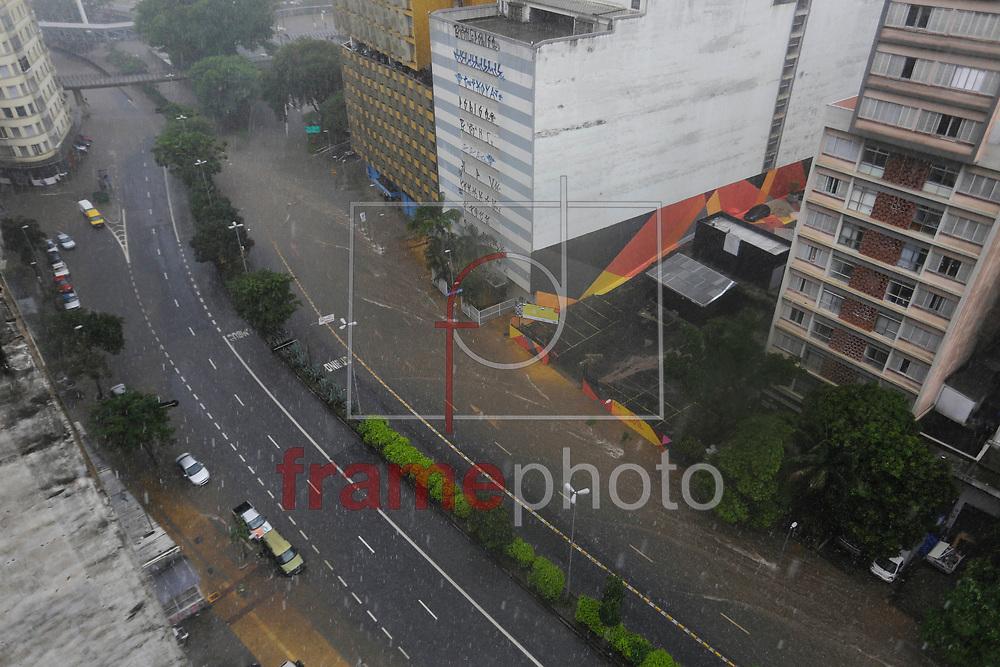 Avenida Nove de Julho, proximo a Praça da Bandeira, é vista tomada pela água durante forte chuva que atinge a região central na tarde desta sexta feira. Nelson Antoine/Frame