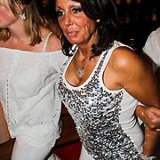 NLD/Amsterdam/20100522 - Concert Toppers 2010, dronken Rachel Hazes moet ondersteunt worden door vriendinnen
