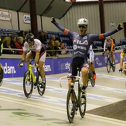 13-12-2015: Wielrennen: NK baanwielrennen: Sloten<br />AMSTERDAM (NED) baanwielrennen   <br />Op het velodrome van Sloten streden de baanwielrenners om de titel op de 50 kilometer. Een juichende Rick Mensink (Zwoile) bij het passeren van de finish op het NK 50 kilometer