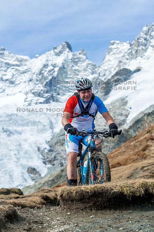 15-09-2017 ITA: BvdGF Tour du Mont Blanc day 6, Courmayeur <br /> We starten met een dalende tendens waarbij veel uitdagende paden worden verreden. Om op het dak van deze Tour te komen, de Grand Col Ferret 2537 m., staat ons een pittige klim (lopend) te wachten. Na een welverdiende afdaling bereiken we het Italiaanse bergstadje Courmayeur. Marco