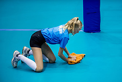 23-08-2017 NED: World Qualifications Czech Republic - Bulgaria, Rotterdam<br /> Court mopper, sweeper, ballen meisje