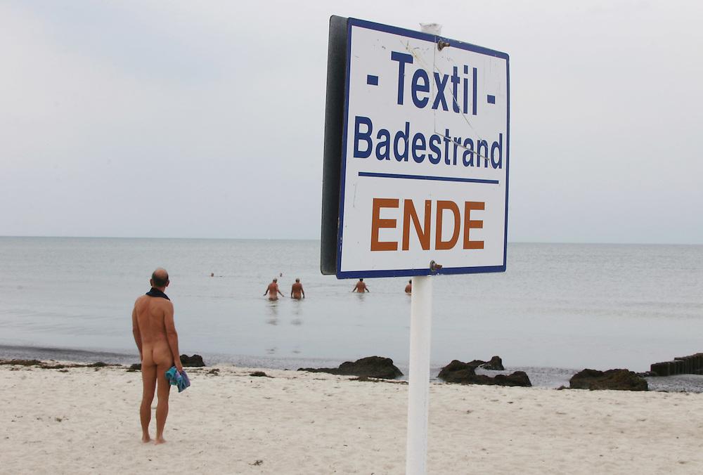 OSTdeutschland _ Tourismus.Ostseebad Warnem¸nde: Urlauber am Strand.EASTgermany / holidays / nudists & textiler / beach.HIER: Nudisten innerhalb der erlaubten FKK-Zone....24.08.2004.©  jungeblodt.com