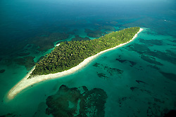 Bocas del Toro es una provincia de Panam&aacute; y su capital es la ciudad hom&oacute;nima de Bocas del Toro. Tiene una extensi&oacute;n de 4 643,9 km&sup2;, una poblaci&oacute;n de 125,461 habitantes (2010)1 y sus l&iacute;mites: al norte con el mar Caribe, al sur con la provincia de Chiriqu&iacute;, al este y sureste con la comarca Ng&auml;be-Bugl&eacute;, al oeste y noroeste con la provincia de Lim&oacute;n de Costa Rica; y al suroeste con la provincia de Puntarenas de Costa Rica. La provincia incluye la isla Escudo de Veraguas que se encuentra en el golfo de los Mosquitos y separada del resto por la pen&iacute;nsula Valiente.<br /> <br /> En la provincia de Bocas del Toro, la geograf&iacute;a y la cultura han influido las relaciones de producci&oacute;n: agr&iacute;colas en tierra firme (Changuinola, Almirante, Guabito y Chiriqu&iacute; Grande) con poblaci&oacute;n mayoritariamente ind&iacute;gena y cuyo principal cultivo es el banano que registra un gran aporte al pa&iacute;s en cuanto a exportaci&oacute;n, principalmente a los Estados Unidos y Europa; y tur&iacute;stica - de servicios en el archipi&eacute;lago (Bastimentos y Bocas Isla tambi&eacute;n llamada Isla Col&oacute;n) con poblaci&oacute;n latina -afroantillana, cuya econom&iacute;a se basa en el turismo, los servicios y la pesca.<br /> <br /> Bocas del Toro es un mosaico de culturas: espa&ntilde;ola, ind&iacute;gena, inmigrantes afro-antillanos de las Indias Occidentales en su mayor&iacute;a ingl&eacute;s y franco parlantes, alemanes y norteamericanos, todos han sido parte del desarrollo de la regi&oacute;n.<br /> <br /> Los principales bailes folkl&oacute;ricos son los de origen afro-antillano e ind&iacute;gena. Los bailes como calidonia , polca y cuadrilla antillana se bailan con vestidos de sal&oacute;n y los bailes como calipso, congas y Palo de Mayo con atuendos afro-antillanos.<br /> <br /> <br /> <br /> &copy;Alejandro Balaguer/Fundaci&oacute;n Albatros Media.