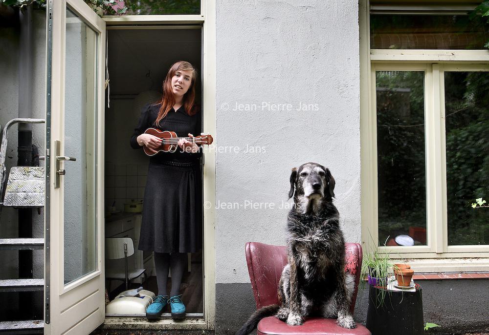 Nederland, Amsterdam , 18 juni 2012..Muzikante en schrijfster Eva Meijer en haar hond..Foto:Jean-Pierre Jans