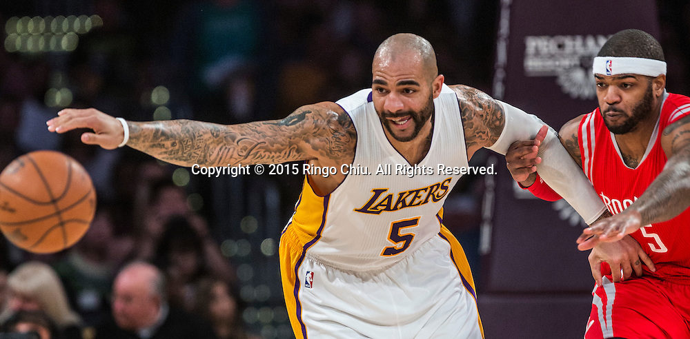 1月25日,洛杉磯湖人隊前鋒卡洛斯 - 布澤爾(5)和休斯頓火箭隊前鋒約什 - 史密斯(5) 在比賽中爭球。當日,在2014-2015賽季NBA常規賽中,洛杉磯湖人隊主場以87比99不敵休斯頓火箭。(新華社發 趙漢榮攝)<br /> Los Angeles Lakers forward Carlos Boozer (5) and Houston Rockets forward Josh Smith (5) fight for a loose ball during their NBA game at Staples Center in Los Angeles, California on January 25, 2015 . Rockets defeated Lakers 99-87. (Xinhua/Zhao Hanrong)<br /> Photo by Ringo Chiu/PHOTOFORMULA.com)