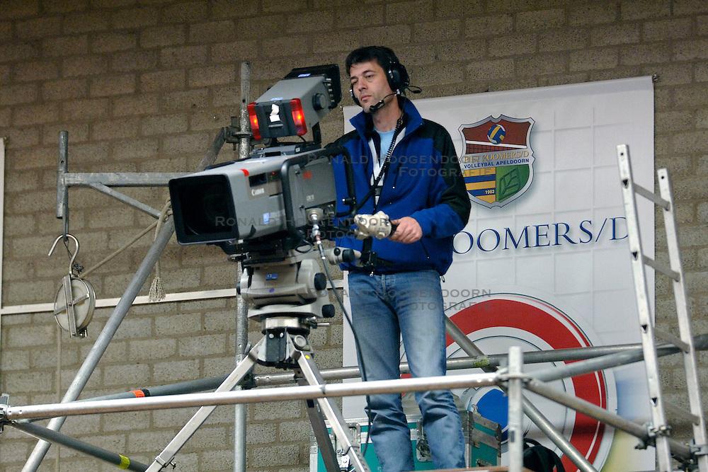 22-04-2006 VOLLEYBAL: PIET ZOOMERS D - ORTEC NESSELANDE: APELDOORN<br /> Nesselande verslaat Piet Zoomers vrij eenvoudig en komt op een 2-1 voorsprong in de playoffs / Finale maand bij de NOS - Camera - media items<br /> &copy;2006-WWW.FOTOHOOGENDOORN.NL