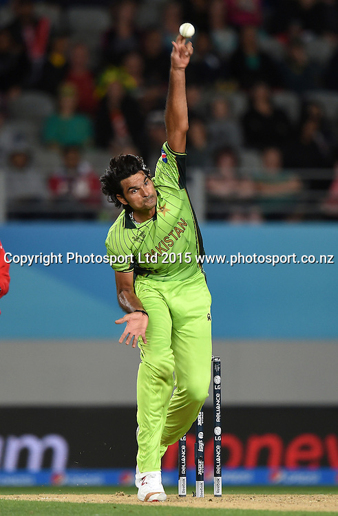 Pakistan's Mohammad Irfan bowling during the ICC Cricket World Cup 2015 match between South Africa and Pakistan at Eden Park, Auckland. Saturday 7 March 2015. Copyright Photo: Andrew Cornaga / www.Photosport.co.nz