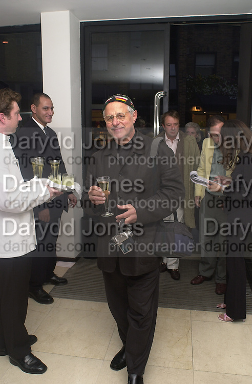 Barry Lategan. Joseph Ettedgui, Isabella Blow and Michael Roberts host a private viewing of Alexandre Herchcovitch. Joseph, Fulham Rd. London. 27 September 2000. © Copyright Photograph by Dafydd Jones 66 Stockwell Park Rd. London SW9 0DA Tel 020 7733 0108 www.dafjones.com