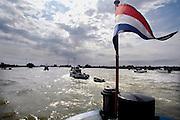 Nederland, Arnhem, 19-8-2007..Sail tgv 300-jarig Pannerdensch Kanaal, de verbinding tussen de Rijn en de IJssel. Vanuit Arnhem en Tolkamer voeren elk ong. 30 antieke rivierschepen het Pannerdensch Kanaal op. Tussen Huissen en Doornenburg kruisten ze elkaar...Foto: Flip Franssen/Hollandse Hoogte