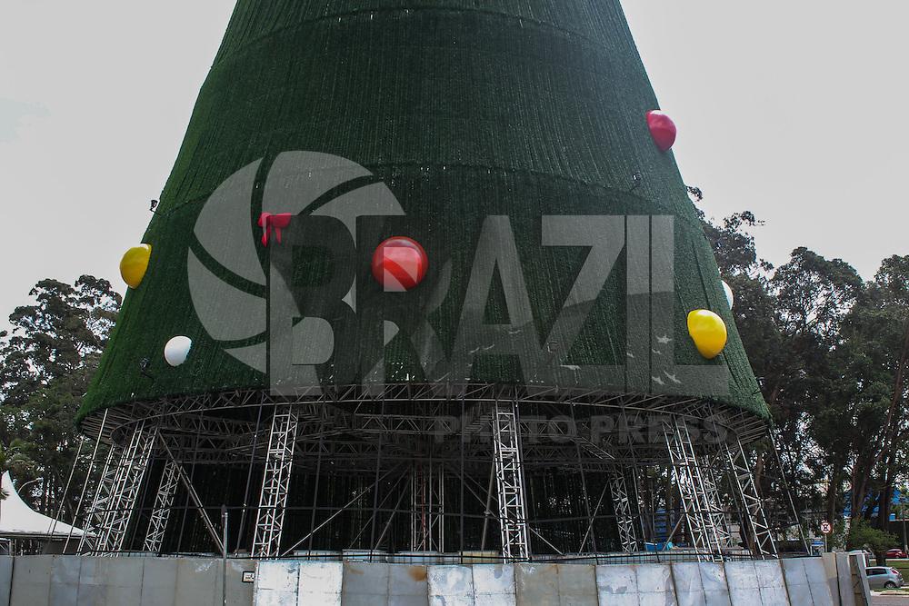 SAO PAULO, SP. 10.12.2014 - ÁRVORE IBIRAPUERA MONTAGEM - Montagem da árvore so parque do Ibirapuera na tarde desta quarta-feira, (10). (Foto: Renato Mendes/ Brazil Photo Press)