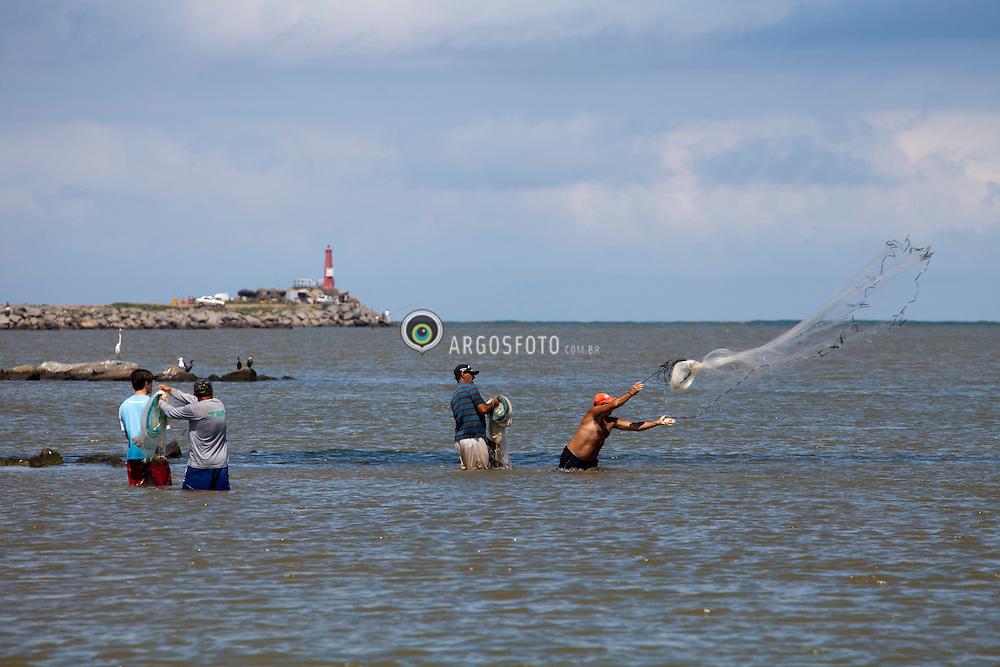 Pesca no canal de Laguna.Pescador jogando a rede/ Fisherman throwing net.Laguna, 2010 - SC