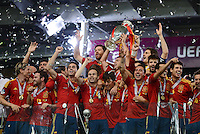 FUSSBALL  EUROPAMEISTERSCHAFT 2012   FINALE Spanien - Italien            01.07.2012 Spanischer Jubel mit EM Pokal u.a. mit: Fernando Torres, Juan Mata, Alvaro Arbeloa, Andres Iniesta, David Silva, Santi Cazorla (v.l., alle 1. Reihe)