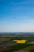 Nederland, Noord-Holland, Lisse, 12-05-2009; KLM-vliegtuig boven bollenvelden van de bollenstreek en polder Haarlemmermeer. Het vliegtuig is bezig af te dalen richting Schiphol om te gaan landen. .Swart collectie, luchtfoto (toeslag); Swart Collection, aerial photo (additional fee required).foto Siebe Swart / photo Siebe Swart