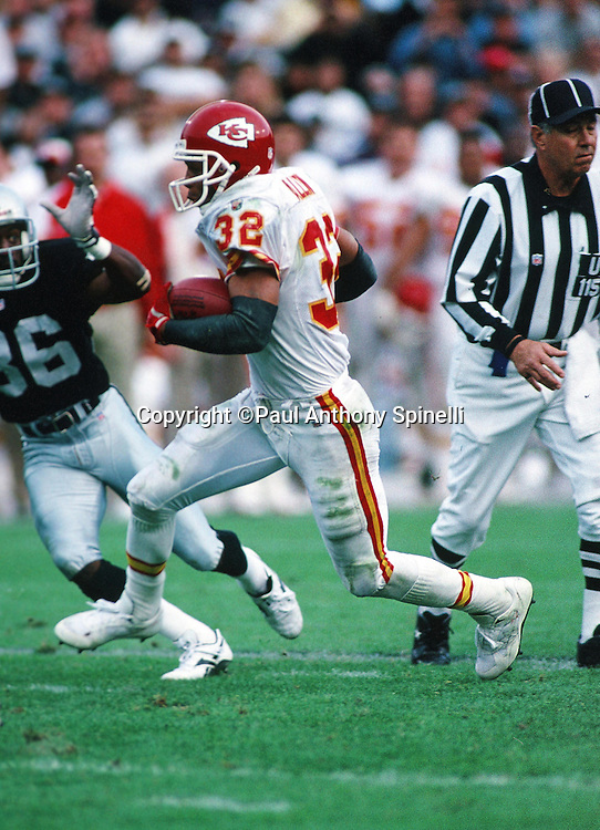 Kansas City Chiefs running back Marcus Allen (32) sets the record for all-time rushing (10,000 yards) and receiving (5,000 yards) as he runs the ball during the NFL football game against the Oakland Raiders on Dec. 3, 1995 in Oakland, Calif. The Chiefs won the game 29-23. (©Paul Anthony Spinelli)