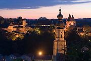 Burg zu Burghausen, beleuchtet bei Dämmerung, , Bayern, Deutschland.. | ..Burghausen Castle, at dusk,  Bavaria, Germany