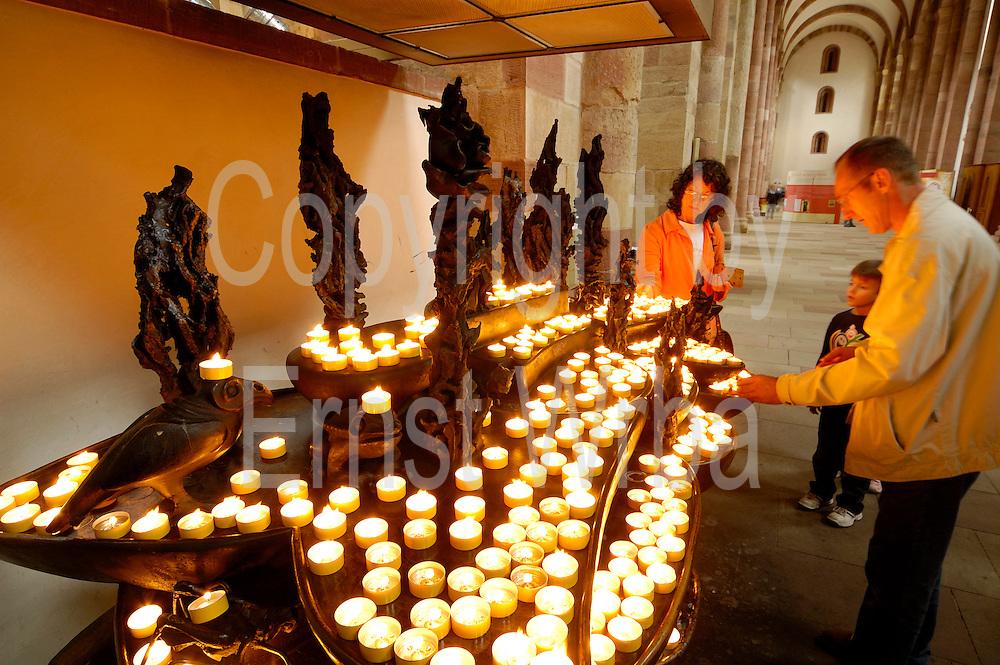 Speyer..Dom innen, Opferstock mit Kerzen