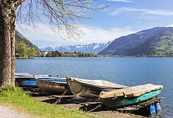 THEMENBILD - kleine Ruderboote liegen auf den Holzstegen am Südufer des Zeller Sees. Die Stadt Zell am See und das Steinerne Meer erblickt man im Hintergrund, aufgenommen am 19. Mai 2019, Zell am See, Österreich // small rowing boats lie on the wooden footbridges on the southern shore of Lake Zell. The town of Zell am See and the Steinerne Meer can be seen in the background on 2019/05/19, Zell am See, Austria. EXPA Pictures © 2019, PhotoCredit: EXPA/ Stefanie Oberhauser