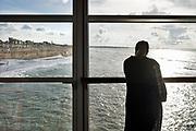 Nederland, Scheveningen, 18-9-2017Badplaats aan de Noordzee. In de nazomer wandelen mensen op het strand en de boulevard. De Pier en het Kurhaus zijn belangrijke toeristische attracties. Een vrouw kijkt naar de zee vanuit de pier.Foto: Flip Franssen