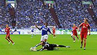 """18. September 2011: Gelsenkirchen, Veltins-Arena """"Auf Schalke"""": Fussball 1. Bundesliga, 6. Spieltag: FC Schalke 04 - FC Bayern Muenchen: Muenchens Torwart Manuel Neuer klaert vor Schalkes Jefferson Farfan."""