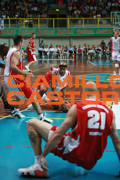 DESCRIZIONE : Busto Arsizio Precampionato Lega A1 2006 2007 Trofeo Dream Team Whirlpool Varese Stella Rossa Belgrado<br />GIOCATORE : Holland<br />SQUADRA : Whirlpool Varese<br />EVENTO : Precampionato Lega A1 2006 2007 Trofeo Dream Team Whirlpool Varese Stella Rossa Belgrado<br />GARA : Whirlpool Varese Stella Rossa Belgrado<br />DATA : 24/09/2006 <br />CATEGORIA :  Rimbalzo<br />SPORT : Pallacanestro <br />AUTORE : Agenzia Ciamillo-Castoria/S.Ceretti