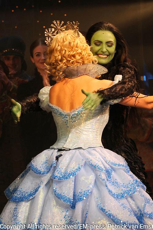 Premiere musical Wicked in het Circus Theater, Scheveningen.<br /> <br /> Op de foto:   slotapplaus met Chantal Janzen en Willemijn Verkaik