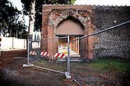 POMPEI. TRANSENNE VIETANO L'ACCESSO ALLA PALESTRA GRANDE DEGLI SCAVI ARCHEOLOGICI DI POMPEI;