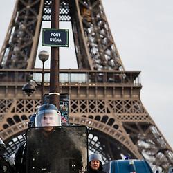 Manifestation autorisée à Paris dans le cadre de l'acte 13 des manifestations de gilets jaunes le 9 février 2019. Parcours émaillé de nombreuses échauffourées et dégradations à l'initiative de black blocs répartis dans le cortège. Incendie d'un véhicule de la mission Sentinelle au pied de la tour Eiffel. Dispositif de sécurisation constitué de forces de police et de gendarmerie (Escadrons de Gendarmerie Mobile, Compagnies de Sécurité et d'Intervention, Compagnies Républicaines de Sécurité et Brigade Anti Criminalité).