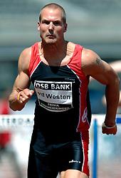 08-07-2006 ATLETIEK: NK BAAN: AMSTERDAM<br /> Marcel van der Westen hinkte wat na de finish van zijn winnende hordenrace. <br /> ©2006-WWW.FOTOHOOGENDOORN.NL
