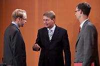 06 OCT 2010, BERLIN/GERMANY:<br /> Jens Weidmann (L), Abteilungsleiter Abt. 4 Wirtschafts- und Finanzpolitik imd Bundeskanzleramt, Ronald Pofalla (M), CDU, Kanzleramtsminister, und Uwe Corsepius (R). Abteilungsleiter Abt. 5 Europapolitik im Bundeskanzleramt, im Gespraech, vor Beginn einer Kabinettsitzung, Bundeskanzleramt<br /> IMAGE: 20101006-01-002<br /> KEYWORDS: Sitzung, Kabinett, Gespräch