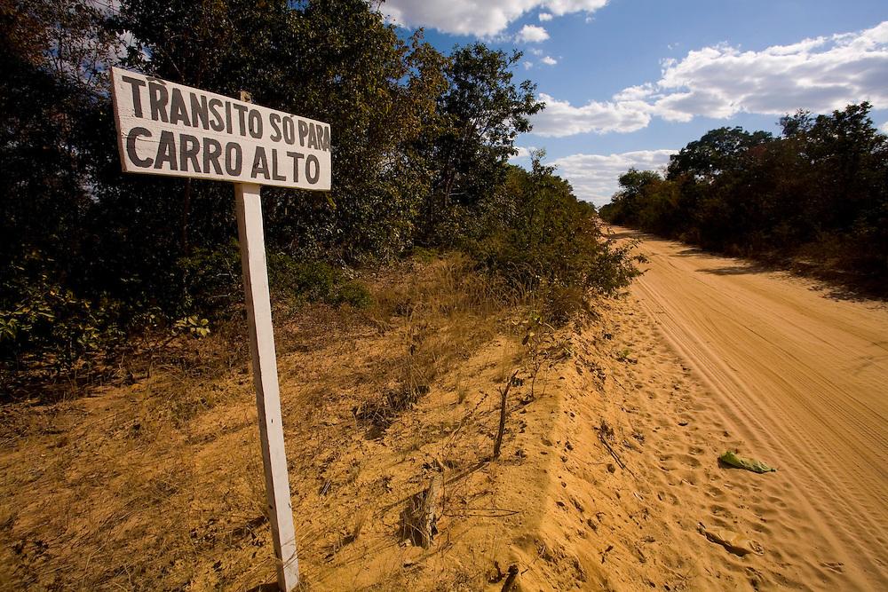 Santa Fe de Minas_MG, Brasil...Placa em uma estrada de terra em Santa Fe de Minas...A road sign in dirt road in Santa Fe de Minas...Foto: LEO DRUMOND / NITRO