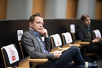 DEU, Deutschland, Germany, Berlin, 02.04.2020: Sebastian Schlüsselburg (Die Linke) bei einer Plenarsitzung im Abgeordnetenhaus von Berlin. Aktuelle Stunde zu den wirtschaftlichen und sonstigen finanziellen Hilfen in der Corona-Krise. Um Ansteckungen mit dem Coronavirus zu vermeiden, sitzen die Politiker mit Abstand zueinander.